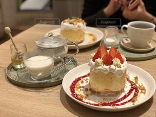 コーヒー1杯の横にある皿の上の一切れのケーキの写真・画像素材[2118724]