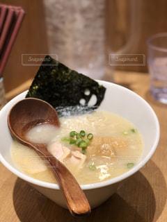 皿の上の食べ物のボウルの写真・画像素材[2119893]