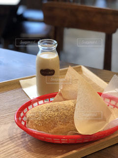 木製のテーブルの上に座っているコーヒー1杯の写真・画像素材[2119904]