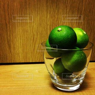 木製のテーブルの上にある緑のりんごの写真・画像素材[2110731]