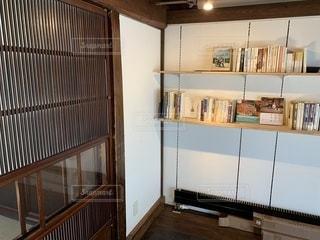 台所の中に座っている白い冷蔵庫の冷凍庫の写真・画像素材[2112085]
