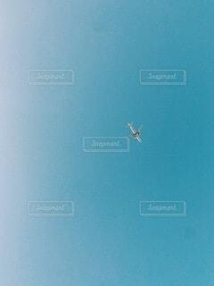 空に浮かぶ飛行機の写真・画像素材[3693116]