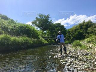 川で魚釣りをする男性の写真・画像素材[2117155]