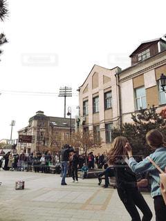 通りを歩いている人々のグループの写真・画像素材[2113355]