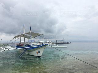 水の大きいボディの小さいボートの写真・画像素材[2113384]