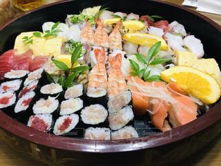 寿司でいっぱいの皿の写真・画像素材[2113801]