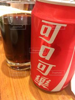 一杯のビールをテーブルの上にの写真・画像素材[2121266]