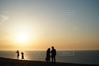 ビーチに立っている2人の人々の写真・画像素材[2115744]