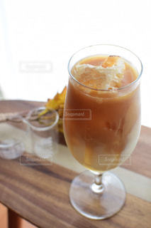 コーヒー1杯とビール1杯をテーブルの上に置くの写真・画像素材[2358970]