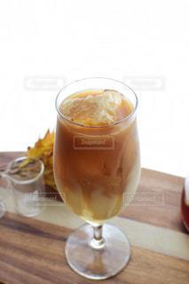 コーヒー1杯とビール1杯をテーブルの上に置くの写真・画像素材[2358971]