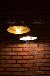 ランプの隣に座っている黒いストーブの上のオーブンの写真・画像素材[2439710]