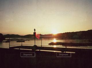 夕暮れのバス停の写真・画像素材[2116788]