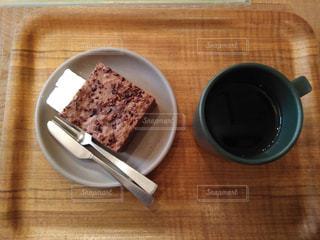 木製のテーブルの上に座るケーキの写真・画像素材[2116834]