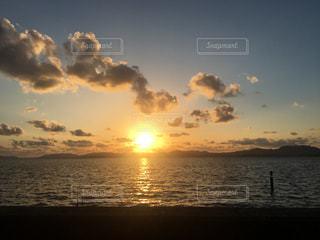 水の体に沈む夕日の写真・画像素材[2117642]