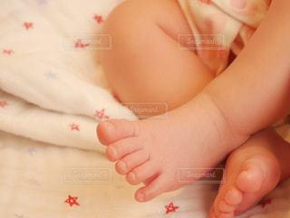 赤ちゃんの 可愛いあんよの写真・画像素材[2118029]