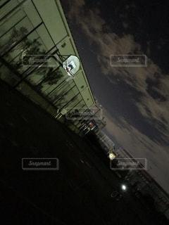 夜のバスケ エモい 青春の写真・画像素材[2119069]