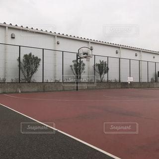 早朝のバスケットコートの写真・画像素材[2119073]