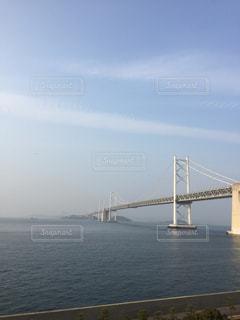 水の体に架かる橋の写真・画像素材[2119295]