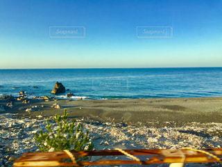 電車から見た朝の海岸の写真・画像素材[2131041]