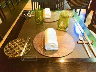 グラスワイン付きのダイニングテーブルの写真・画像素材[2132844]