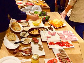 オードブルを食べる人々の写真・画像素材[2132875]