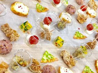食べ物でいっぱいのテーブルの写真・画像素材[2132876]