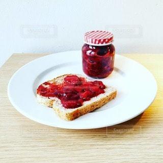 テーブルの上の食べ物の皿の写真・画像素材[2284061]