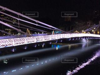 夜のシンガポールの橋の写真・画像素材[2656116]