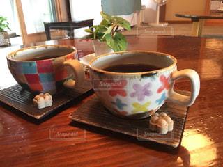 木製のテーブルの上に座っているホットコーヒーの写真・画像素材[2332142]