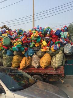 トラックに乗せられてるペットボトルの写真・画像素材[2120010]