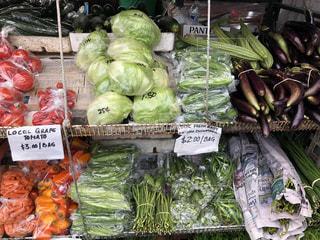 店にたくさんの野菜が陳列されるの写真・画像素材[2120536]