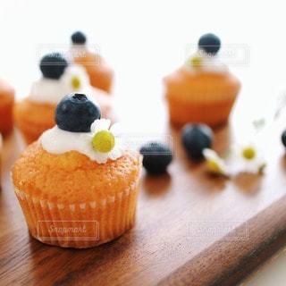 ブルーベリーをのせたプチケーキの写真・画像素材[92610]