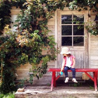 赤いベンチと女の子の写真・画像素材[515462]