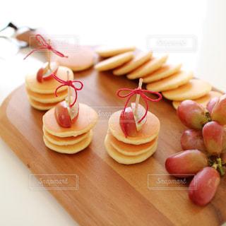 ぶどうをのせたミニミニパンケーキの写真・画像素材[899731]