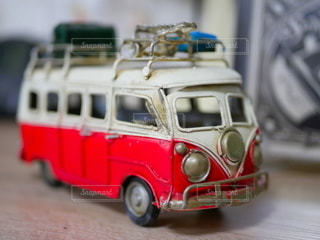 白と赤のミニチュアバスの写真・画像素材[2170396]