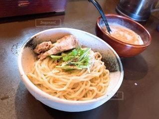 テーブルの上につけ麺の写真・画像素材[2228470]
