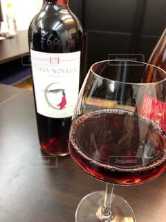 ボトルとグラスワインのクローズアップの写真・画像素材[2122168]