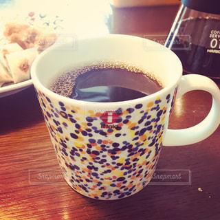 テーブルの上のコーヒー1杯の写真・画像素材[2120649]