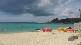 砂浜の上に座っているボートの写真・画像素材[2361281]