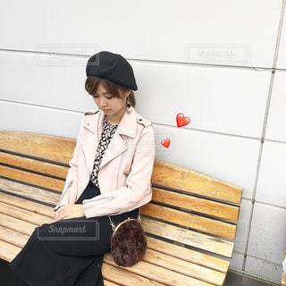 木製のベンチに座っている女性の写真・画像素材[849800]