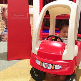 赤い車を運転中の女の子の写真・画像素材[849885]