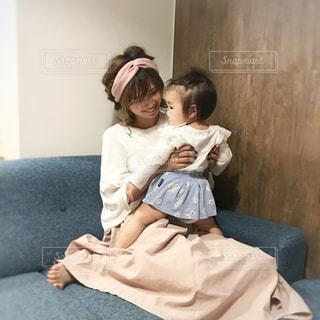 赤ん坊を抱っこする女性の写真・画像素材[849914]