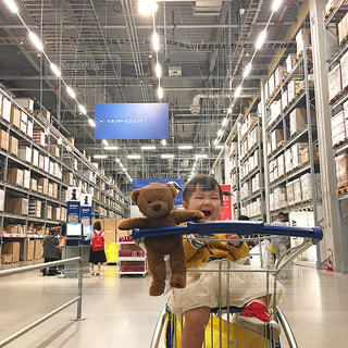 クマのぬいぐるみをお買い物して笑う子供の写真・画像素材[849941]