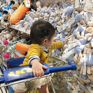 くまのぬいぐるみを買い物する子供の写真・画像素材[849944]