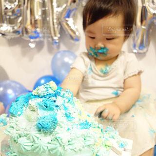 スマッシュ誕生日ケーキを食べる子供の写真・画像素材[850008]