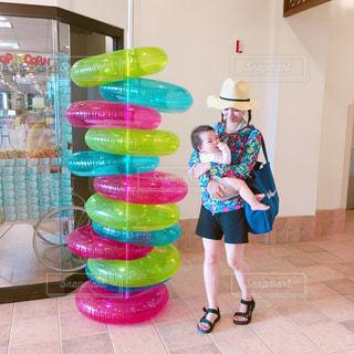 水着を着た子どもを抱っこする女性の写真・画像素材[850013]