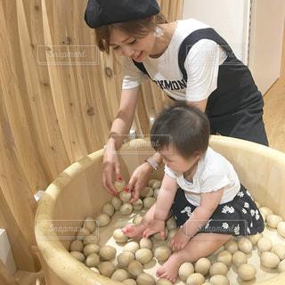 木のボールで遊ぶ女のと女性の写真・画像素材[850017]