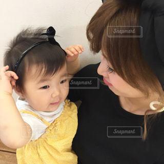 抱っこする赤ちゃんを見つめるママの写真・画像素材[851214]