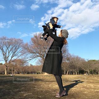 代々木公園でたかいたかいをするママの写真・画像素材[951378]