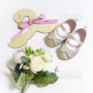小さなピンクのラメラメバレエシューズとバラの花束の写真・画像素材[1038082]